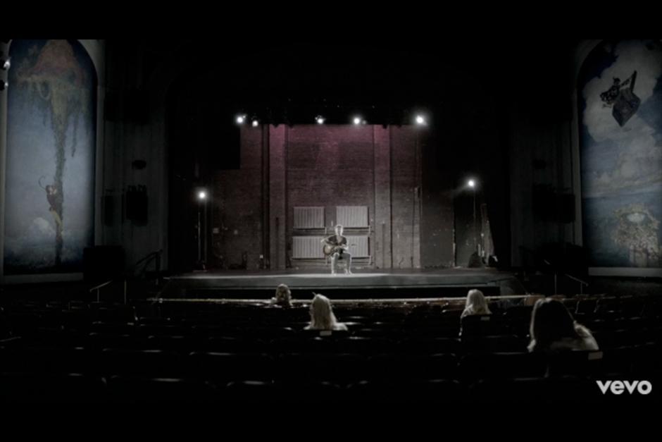 En el video, el músico aparece con su guitarra cantando el tema sobre un escenario. (Foto: YouTube)