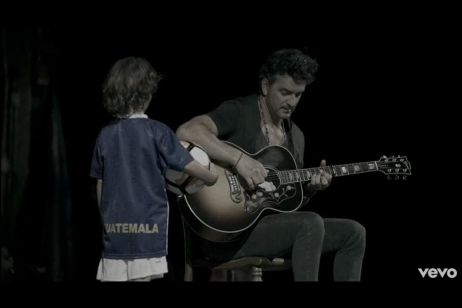 El hijo menor de Arjona debuta en su nuevo video. (Foto: YouTube)