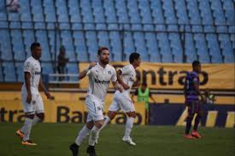 Jean Márquez anotó los dos goles de Comunicaciones frente al campeón Antigua. (Foto: Nuestro Diario)