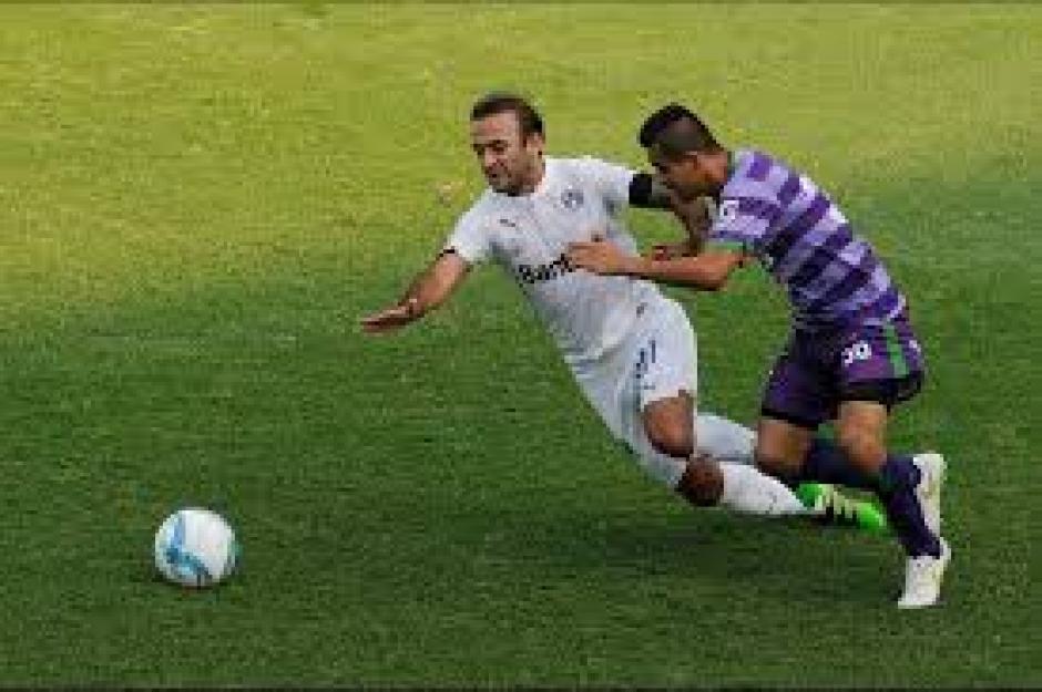 José Contreras intenta eludir su marca, en una acción del partido. (Foto: Orlando Chile/Nuestro Diario)