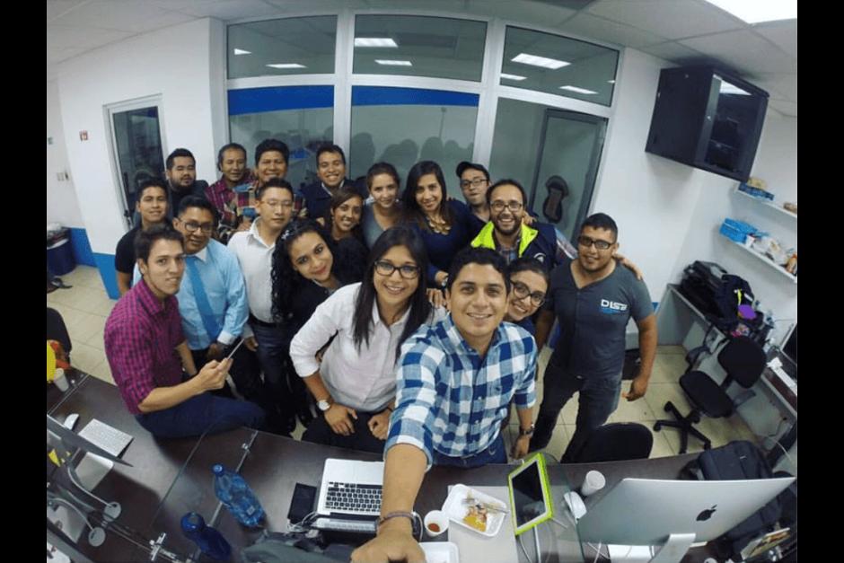 Estos son algunos de sus empleados que forman parte de su equipo de comunicación. (Foto: Eunice Tellez Rivera/Facebook)