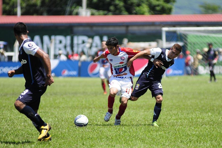Kendel Herrarte pelea un balón en el juego ante Mictlán.