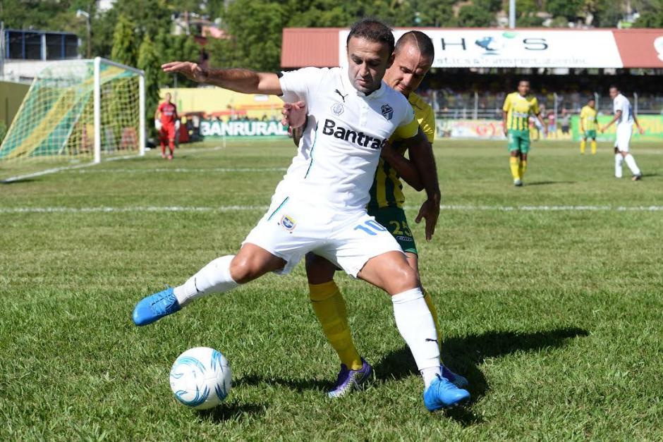 José Contreras fue bien marcado por la zaga de Guastatoya.  (Foto: Nuestro Diario)