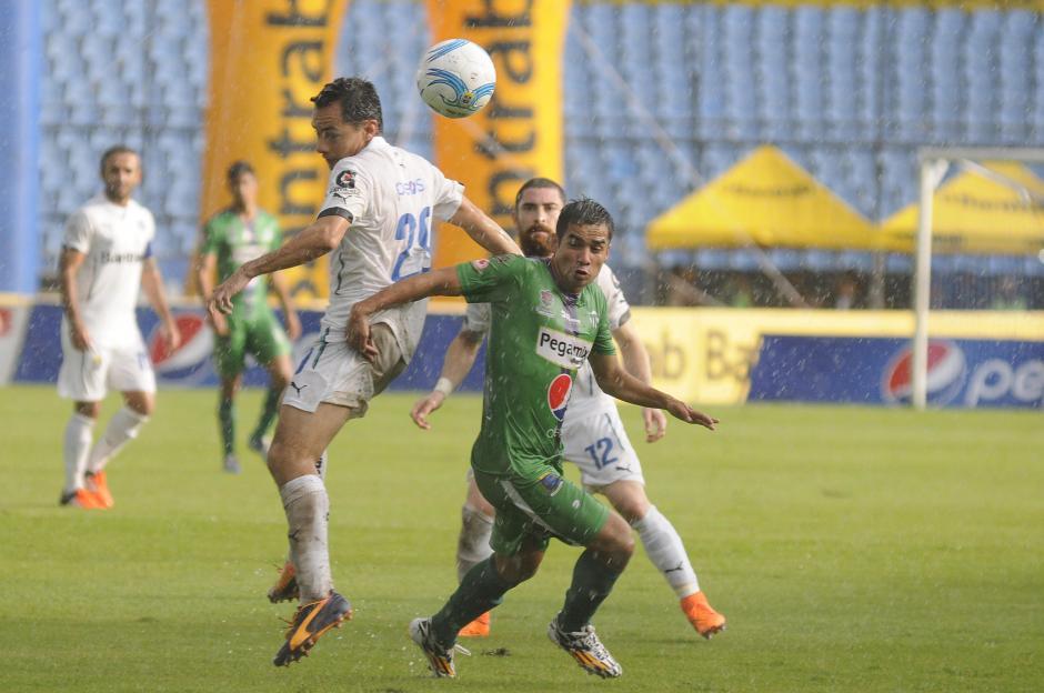Torrencial lluvia cayó en el Mateo Flores, la cancha sufrió las consecuencias en el duelo entre Cremas y antigüeños. (Foto: Orlando Chile/Nuestro Diario)