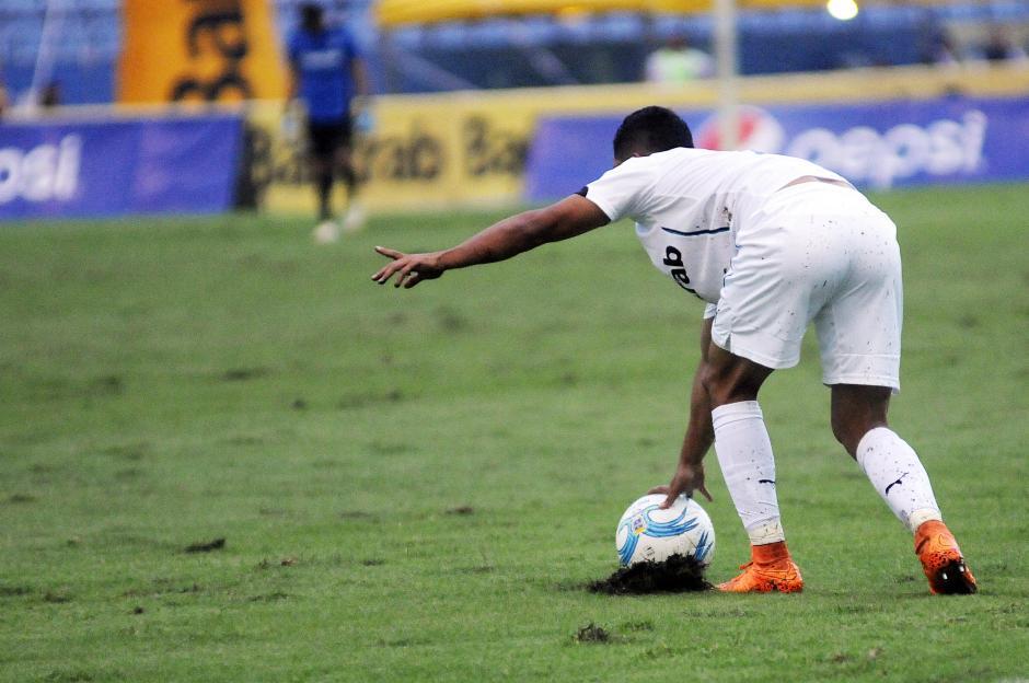 El desgaste de la gramilla del Mateo Flores fue notorio, tras el juego entre Comunicaciones y Antigua del miércoles pasado. (Foto: Orlando Chile/Nuestro Diario)