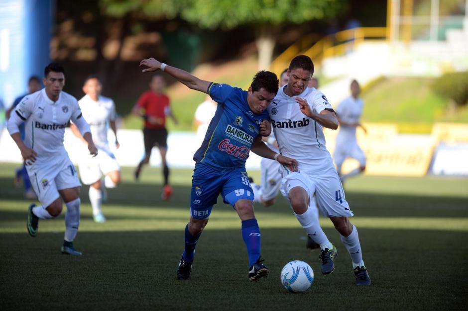 Robin Betancourth pelea el balón con Carlos Gallardo.(Foto: Nuestro Diario)