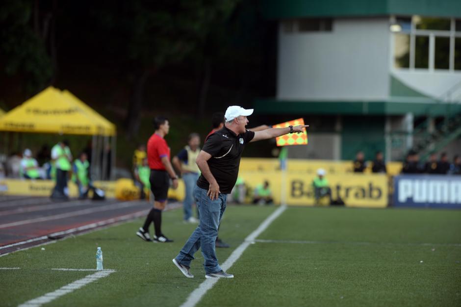 El uruguayo Willy Olivera sufrió el partido desde el banquillo crema.(Foto: Nuestro Diario)