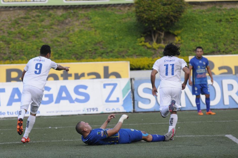 El panameño Rolando Manrique Blackburn (9) anotó doblete ante Cobán, en el estadio Cementos Progreso. (Foto: Nuestro Diario)
