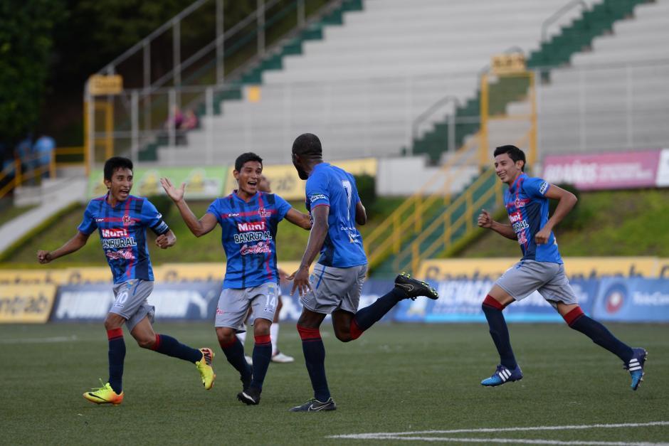 Los toros celebraron el empate parcial mediante un cabezazo de Guillermo Álvarez, que es felicitado por sus compañeros en la foto. (Foto: Sergio Muñoz/Nuestro Diario)