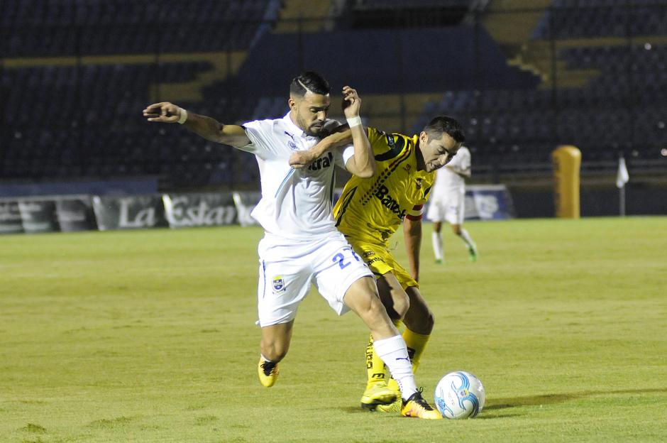 El nicaragüense, Juan Barrera, inició la jugada del gol de los cremas. (Foto: Orlando Chile/Nuestro Diario)