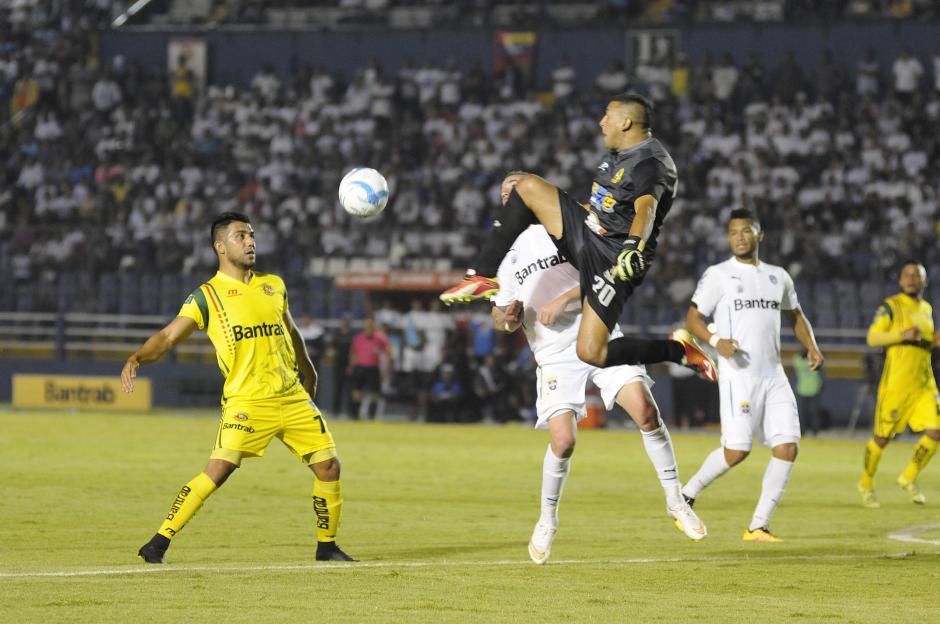 Marvin Barrios tuvo un buen partido, en el gol de Blackburn no pudo hacer nada. (Foto: Orlando Chile/Nuestro Diario)