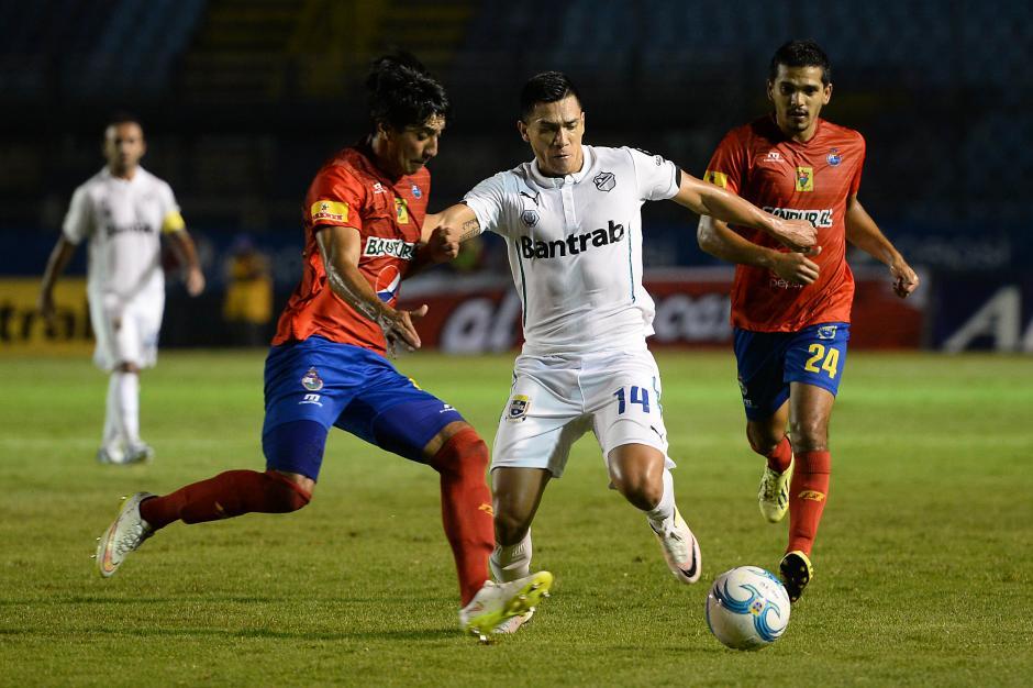 Rafael Morales disputa el balón ante la llegada de dos rivales. (Foto: Sergio Muñoz/Nuestro Diario)