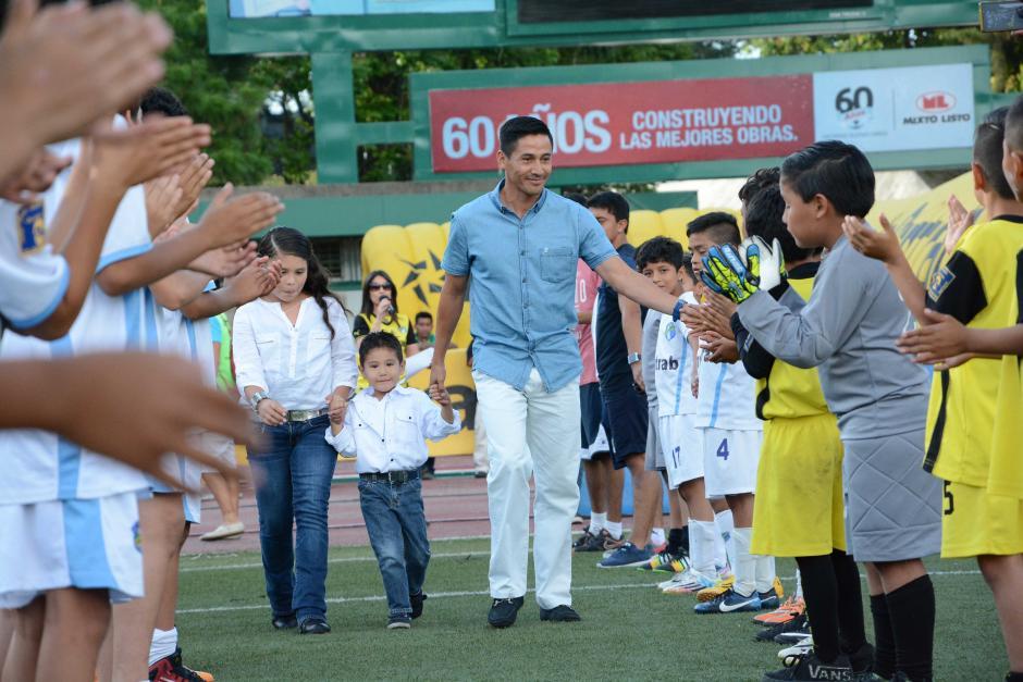 """Pasillo de campeón, así recibieron a Rigoberto la """"Chula"""" Gómez este sábado en el estadio Cementos Progreso, en el preámbulo de su homenaje. (Foto: Orlando Chile/Nuestro Diario)"""