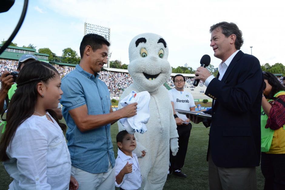 El presidente de los cremas, Pedro Portilla, le entregó una camisola y una plaqueta conmemorativa a Rigoberto Gómez.(Foto: Orlando Chile/Nuestro Diario)