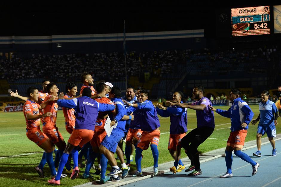 Así celebró la banca de Suchitepéquez el gol que les dio la ventaja momentánea. (Foto: Sergio Muñoz/Nuestro Diario)