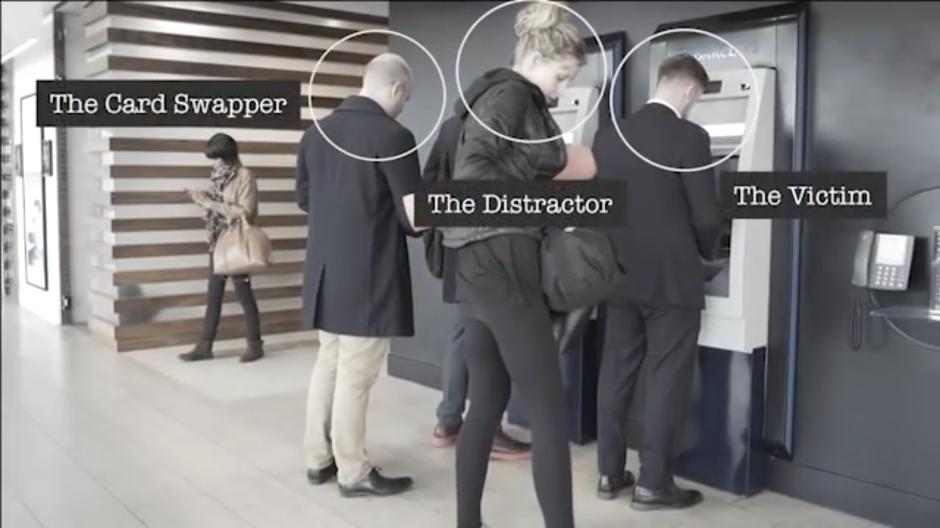En la escena está el intercambiador de tarjetas, el distractor y la víctima. (Foto: Tomado de YouTube)