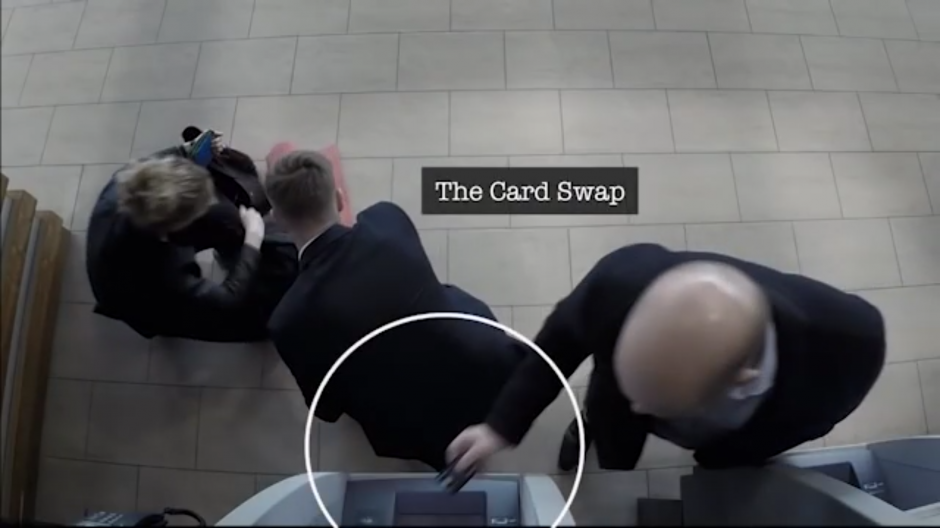 Mientras la víctima ayuda a la mujer el otro ladrón intercambia las tarjetas. (Foto: Tomado de YouTube)