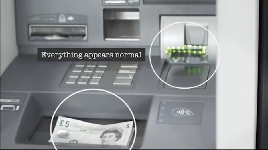 Todo pareciera estar muy normal cuando la víctima regresa por su dinero. (Foto: Tomado de YouTube)