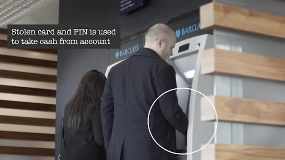 Con la tarjeta robada aprovechan a extraer todo el dinero que pueden de la cuenta. (Foto: Tomado de YouTube)