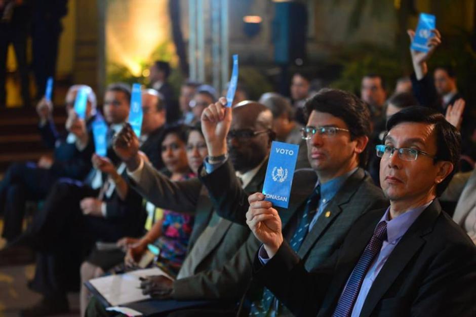Los asistentes recibieron carteles de apoyo a la estrategia.  (Foto: Jesús Alfonso/Soy502)