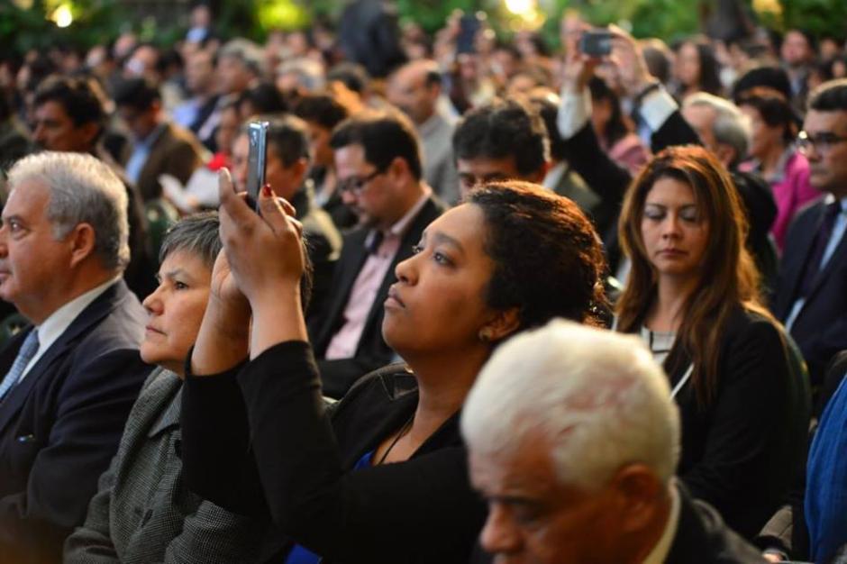 Miembros del púbico invitado toman fotografías del evento. (Foto: Jesús Alfonso/Soy502)