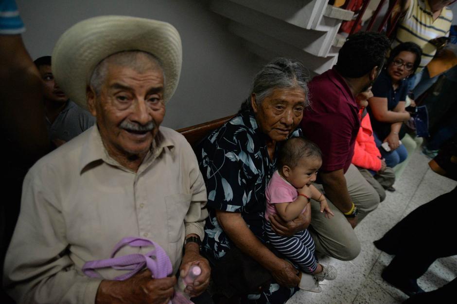 Entre los propietarios que han llegado a hacer el trámite se encuentran personas de la tercera edad acompañados de niños. (Foto: Wilder López/Soy502)