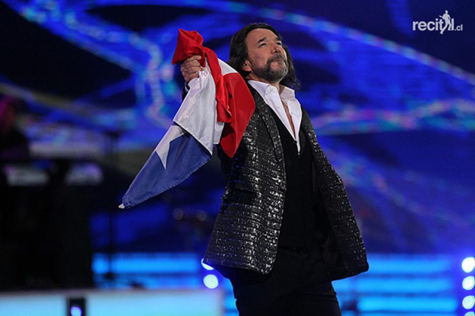 """Con la bandera de Chile al hombro, """"El Buki"""" interpretó """"Yo vendo unos ojos negros"""".(Foto: recital.cl)"""