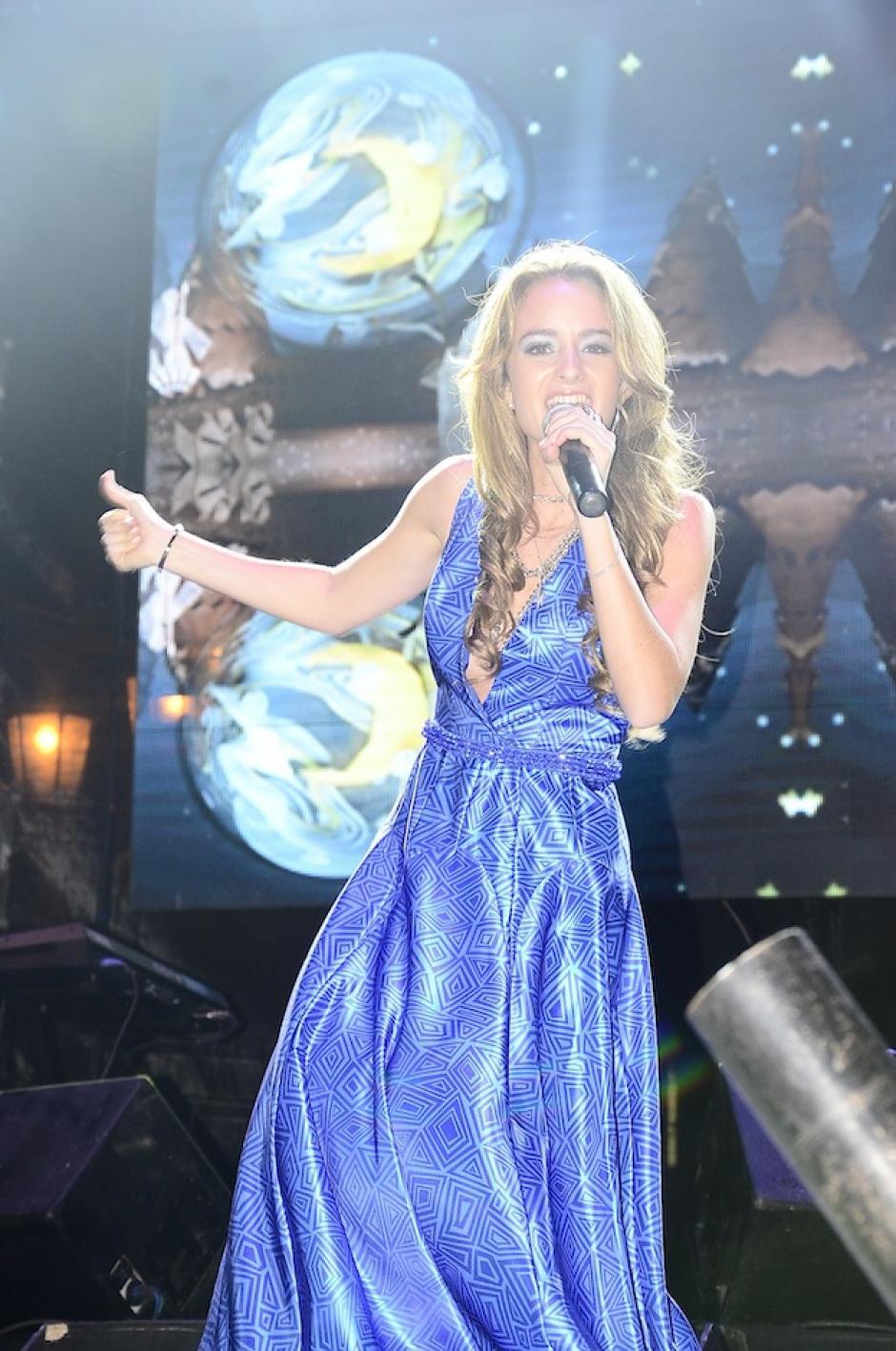 La cantautora guatemalteca Stephanie Zelaya abrió el concierto del dúo mexicano. (Foto: Abner Salguero/Nuestro Diario)