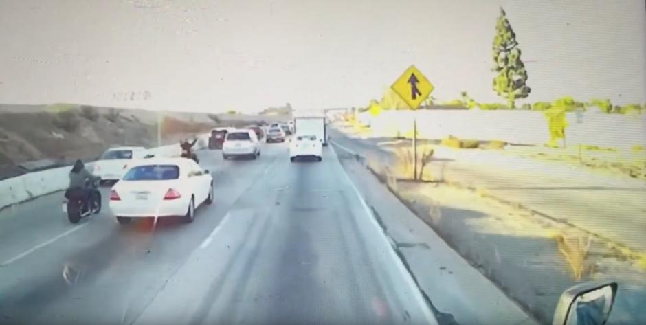 Los motociclistas pasan en medio de los carros para agilizar el paso. (Captura de pantalla: Dirtbag coffin/Youtube)