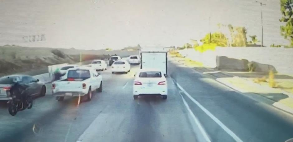 Una cámara de seguridad capta las imágenes. (Captura de pantalla: Dirtbag coffin/Youtube)