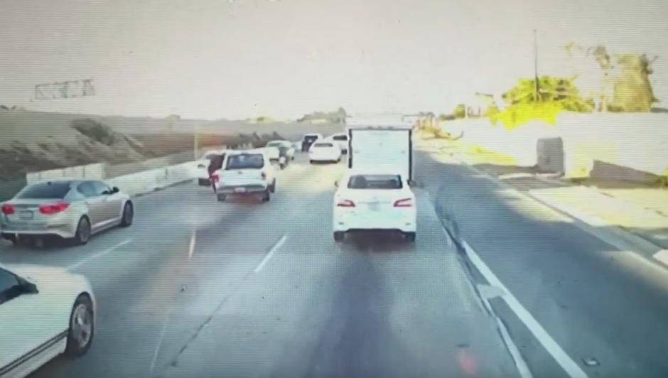 Un conductor intenta derribar al motorista y lo consigue. (Captura de pantalla: Dirtbag coffin/Youtube)
