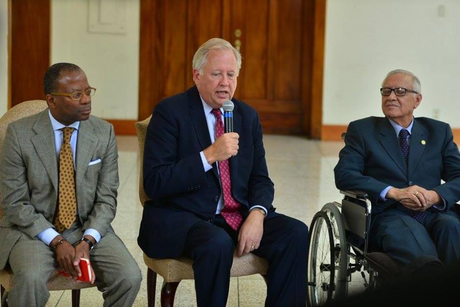 El consejero de Estado de Estados Unidos Thomas Shannon ofreció el apoyo de su gobierno para los afectados en El Cambray II. (Foto: Wilder López/Soy502)