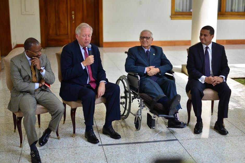 Durante la conferencia también estuvo el embajador Todd Robinson y el canciller guatemalteco. (Foto: Wilder López/Soy502)
