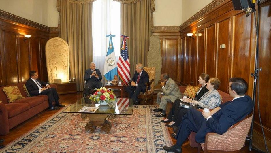 Momentos previos a la conferencia de prensa los funcionarios se reunieron en un salón de Casa Presidencial. (Foto: Wilder López/Soy502)