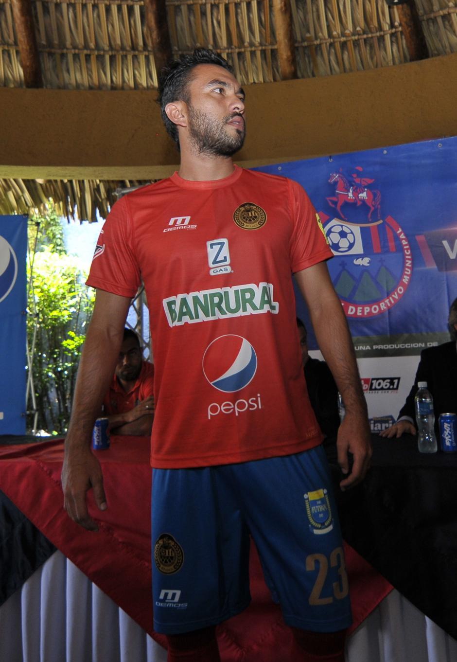 Carlos Kamiani Félix el nuevo refuerzo de Municipal, presenta el nuevo uniforme escarlata. (Foto: Soy502)