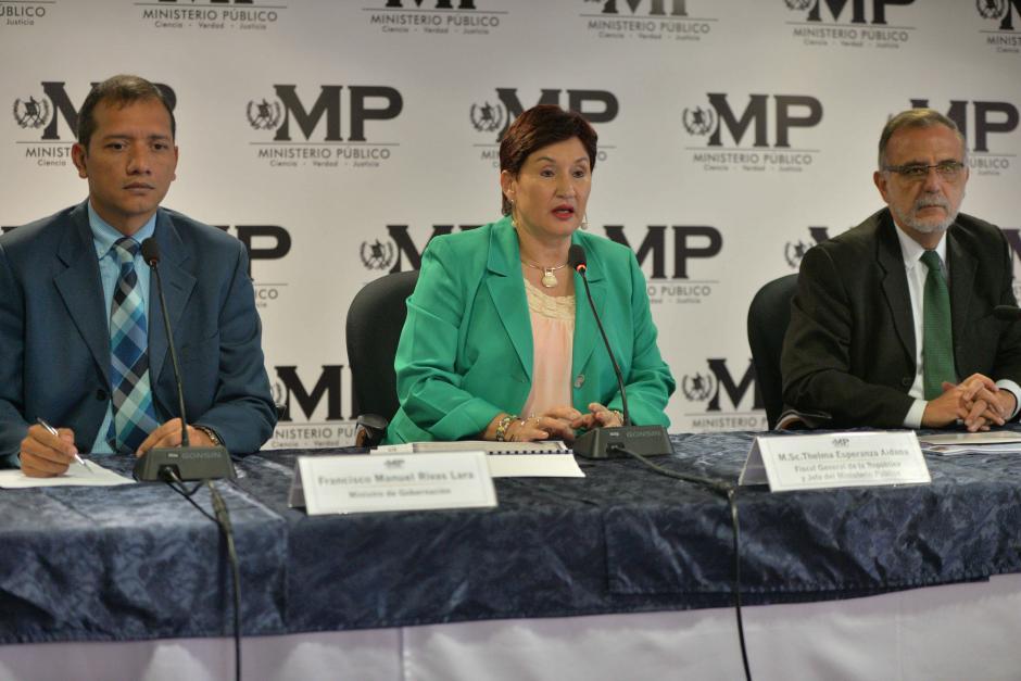 La fiscal Thelma Aldana y el comisionado Iván Velásquaez explican el nuevo caso de corrupción. (Foto: Wilder López/Soy502)