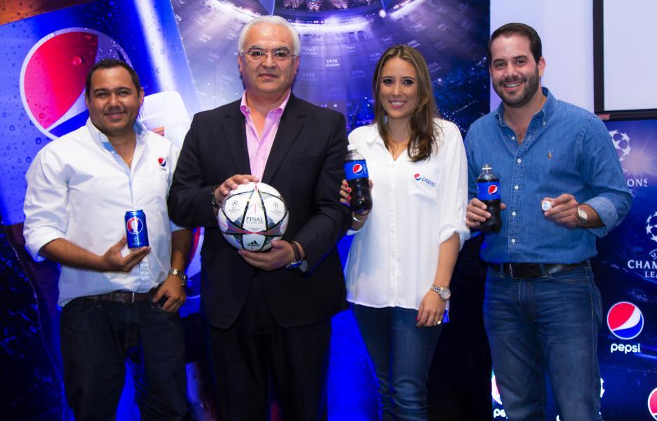 José Iraheta, gerente de Mercadeo Pepsi, Luis Omar Tapia, comentarista y analista profesional, María Liz Cofiño, jefa de Marca Pepsi, y Raúl Zibara, gerente regional Pepsi. (Foto: Eddie Lara/Soy502)
