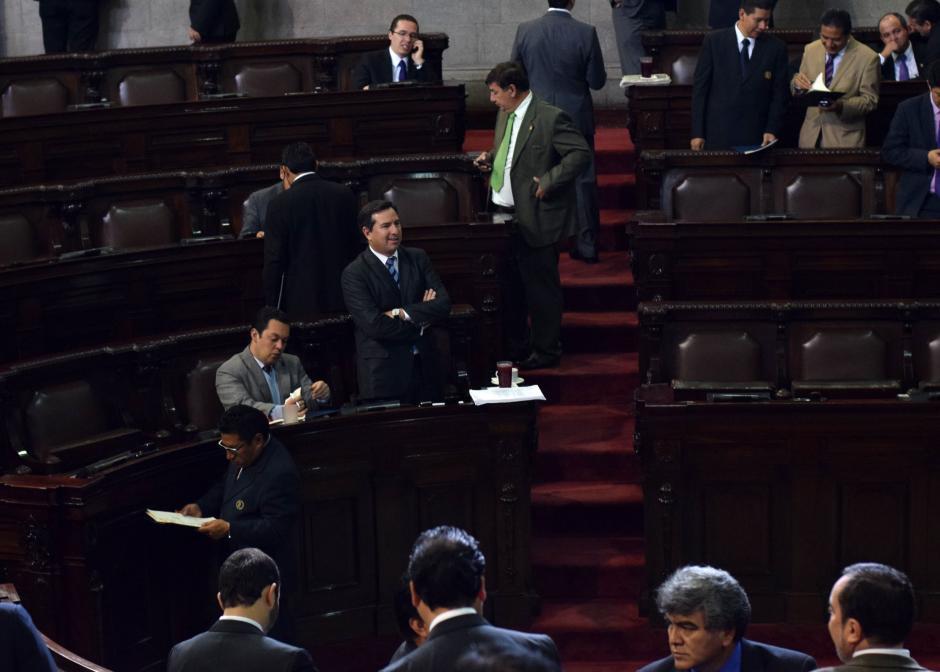 Luis Pérez del PRI se molestó por la forma de leer de Bussinot y pidió al presidente Arístides Crespo que se leyera despacio. (Foto: Esteban Biba/Soy502)