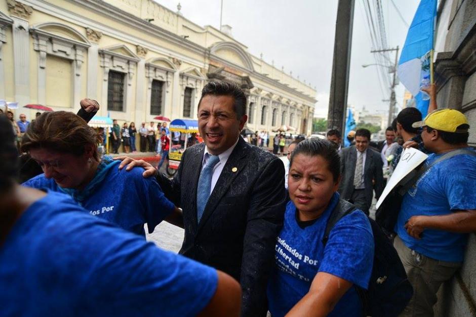 Varios diputados pudieron ingresar al Congreso con la conformación de la cadena humana. (Foto: Wilder López/Soy502)