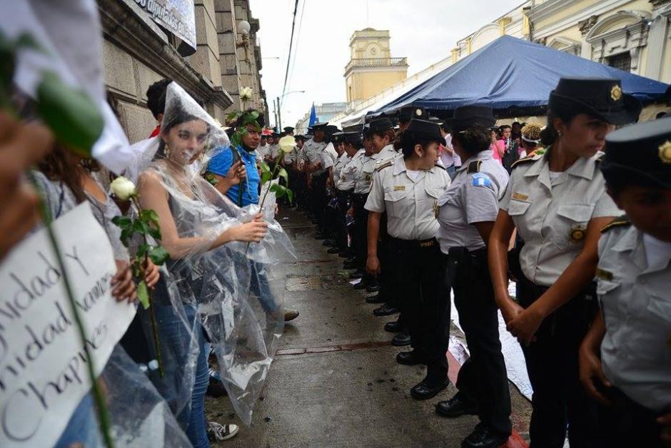 Las personas llegaron y de forma pacífica retiraron a los que bloquearon por horas el ingreso al Congreso. (Foto: Wilder López/Soy502)