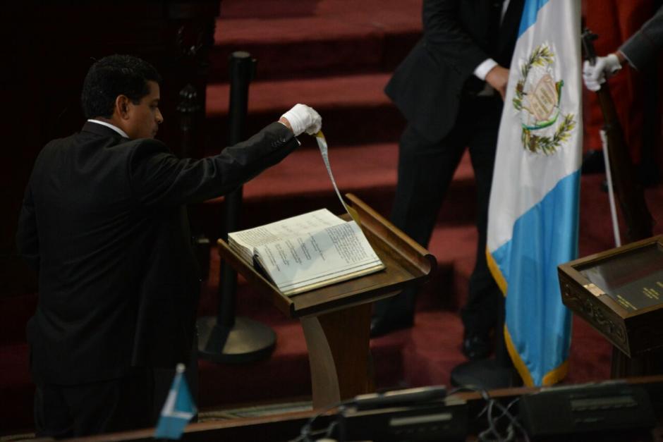 Con guantes prepararon el Libro de Oro en el Congreso. (Foto: Wilder López/Soy502)