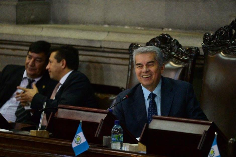 Luis Rabbé presidente del Congreso sonríe con otros parlamentarios. (Foto: Wilder López/Soy502)