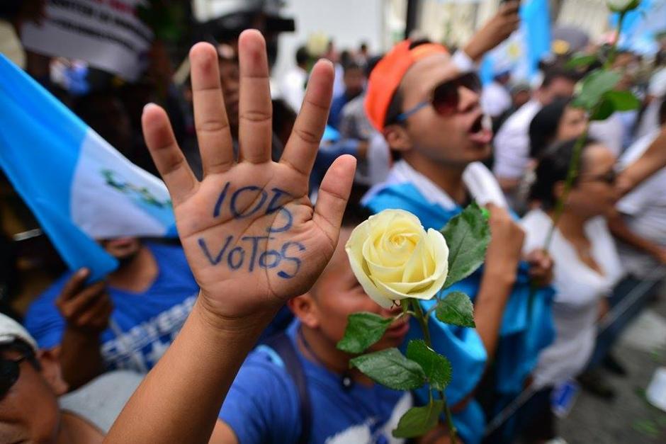 Varias personas convocadas por las redes sociales hicieron una cadena humana para permitir el ingreso de diputados al Congreso. (Foto: Wilder López/Soy502)