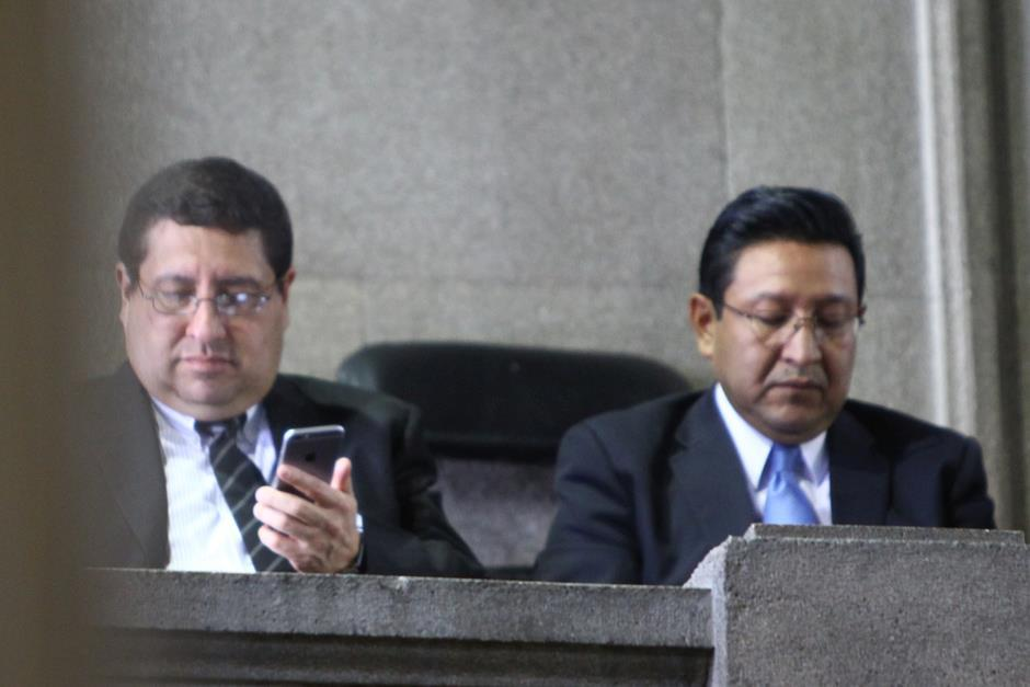 El ministro de Finanzas, Dorval Carías, junto al ministro de Educación, Eligio Sic, durante la Sesión Solemne en el Congreso de la República. (Foto: Alexis Batres/Soy502)