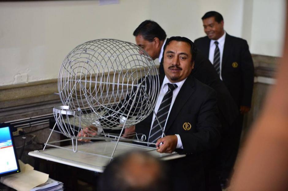 Esta es la tómbola que se usa en el Congreso para decidir dicha comisión. (Foto: Jesús Alfonso/Soy502)