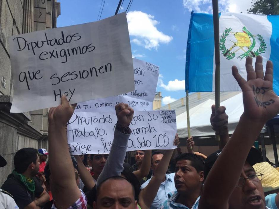 De forma pacífica decenas de guatemaltecos le piden al Congreso 105 votos para retirar la inmunidad al presidente Otto Pérez Molina. (Foto: Jesús Alfonso/Soy502)