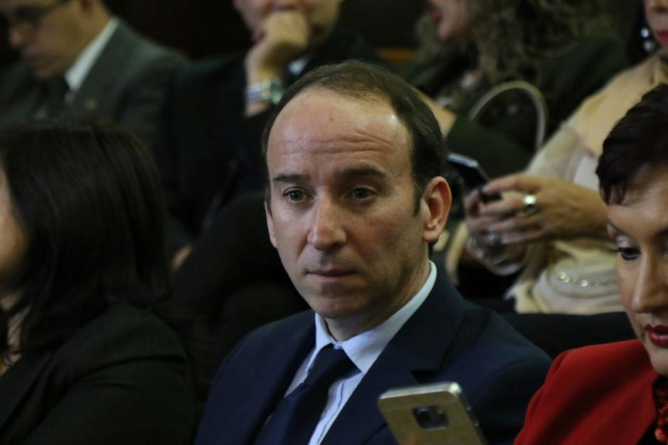 El Procurador de los Derechos Humanos, Jorge de León Duque, da acompañamiento a los funcionarios.  (Foto: Alejandro Balán/Soy502)