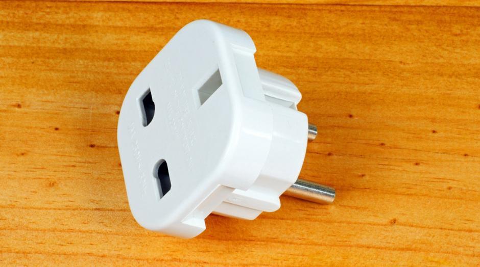 Siempre lleva un conector universal para conectar tus aparatos eléctricos. (Foto: elcomercio.pe)