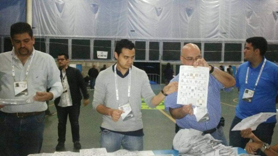 El conteo en el un colegio en la zona 15 se inció luego del cierre del centro electoral. (Foto: María Carrillo/Soy502)
