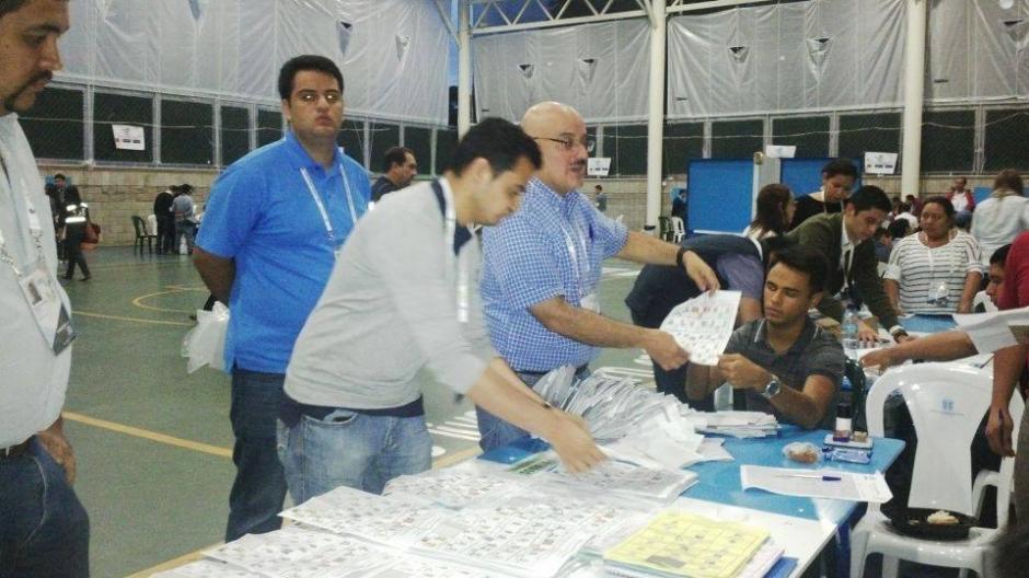 Los centros de votación cerraron a las 18:00 horas y comenzó el conteo de votos por mesas. (Foto: Carmen María Carrillo/Soy502)